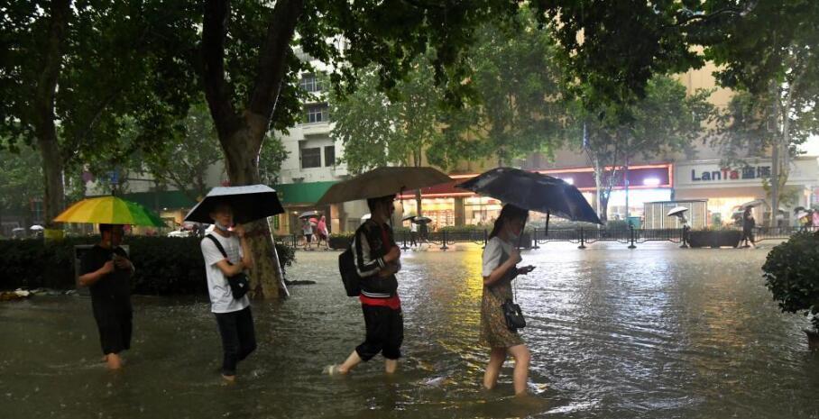 郑州市受强降雨影响,单日降雨量突破历史极值(建站以来),单小时降雨量超过日历史极值。降雨造成郑州市区严重内涝,市内交通中断,多处小区停水停电。