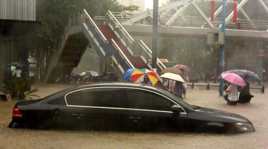 车辆在郑州市街头被淹