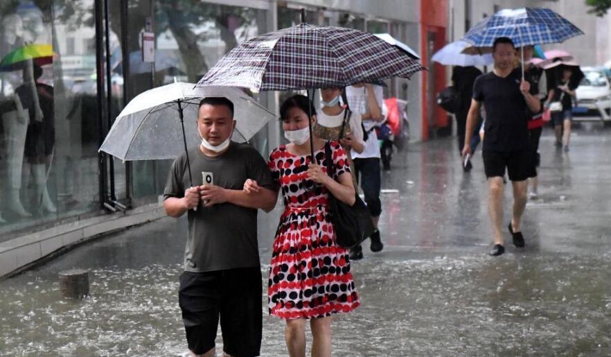 郑州市民涉水前行