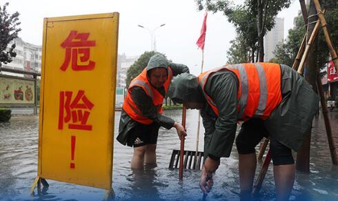截至7月20日17时,郑州过去24小时降雨量达457.5毫米,7月20日16时至17时遭遇极端罕见强降雨,1小时降雨量201.9毫米。自有气象记录以来,单日降雨量突破 历史极值 ,单小时降雨量超过日历史极值,降雨强度历史罕见。